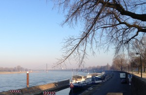 Die Theodor-Heuss-Brücke aus 2 Kilometern Entfernung